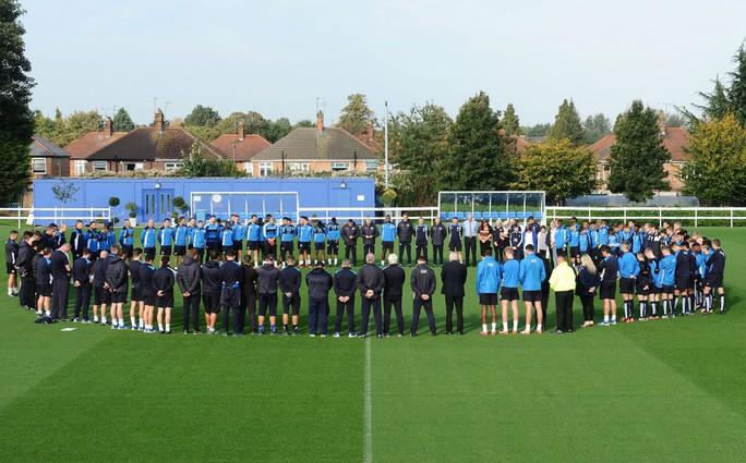 Toàn thể cầu thủ Leicester dành phút mặc niệm Đức vua Thái Lan trước giờ tập