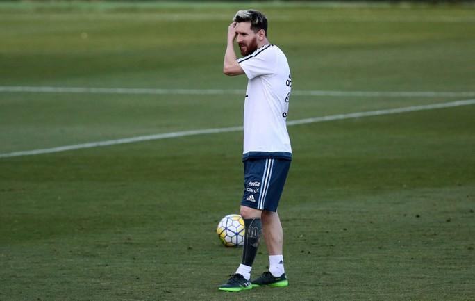 """Messi khoe hình xăm """"dị"""" trước trận gặp Brazil"""