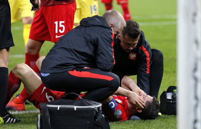 Lewndowski được đội ngũ y tế chăm sóc vì choáng