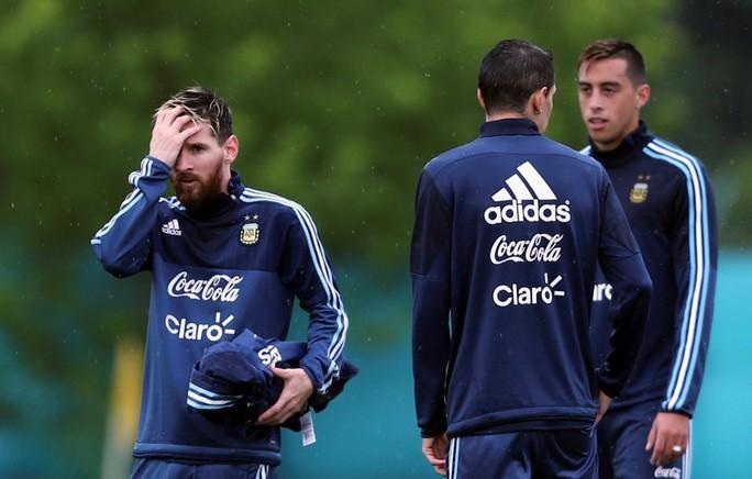 Quyết chiến Colombia, Messi và đồng đội dầm mưa tập luyện