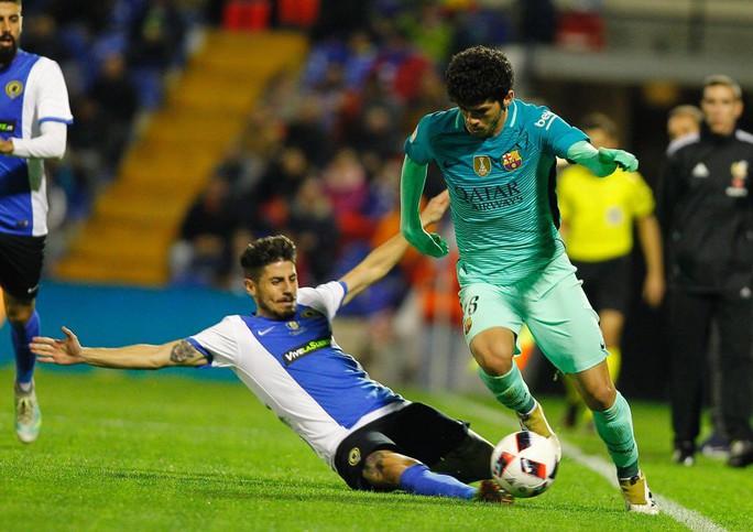 BArcelona (phải) có trận dấu vất vả trước Hercules vì không có Messi, Neymar và Suarez