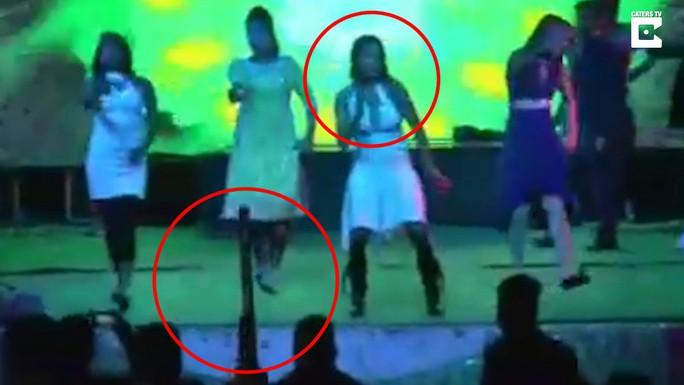 Khoảnh khắc cô Kaur sắp bị bắn trên sân khấu. Ảnh: Cater News Agency