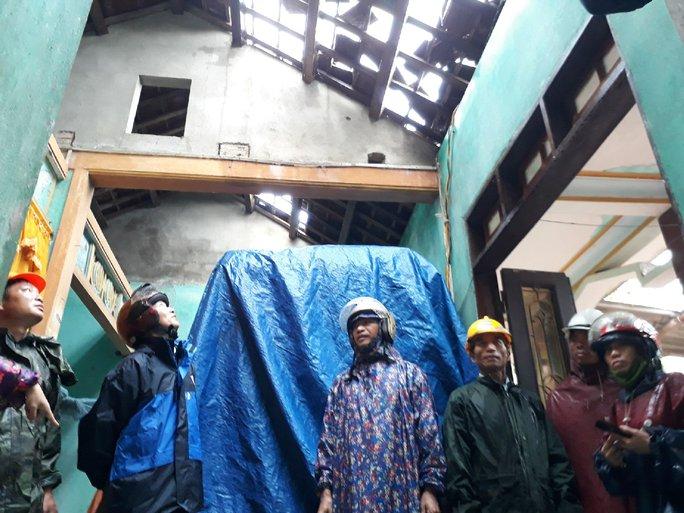 Lốc xoáy khiến nhà dân bị tốc mái