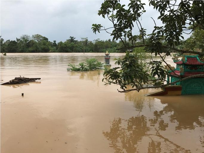 Nước dâng cao đột ngột khiến người dân không kịp trở tay