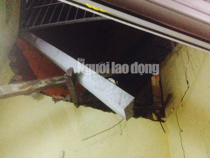 Một bức tường nhà dân gần đó bị sập