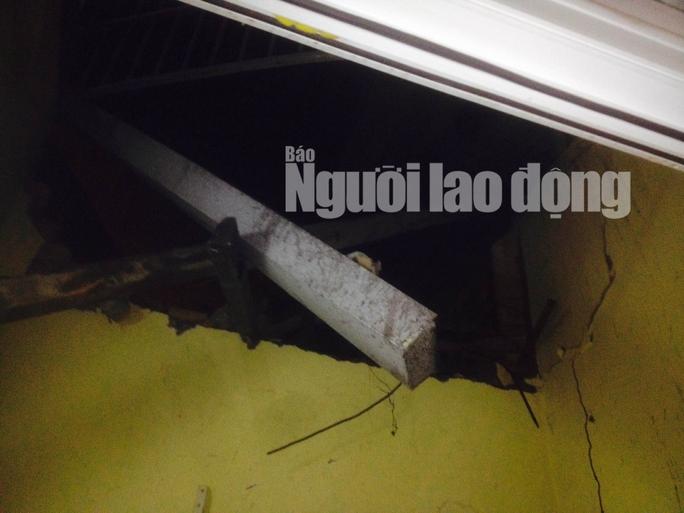 Một nhà dân bị nứt tường, sập trần