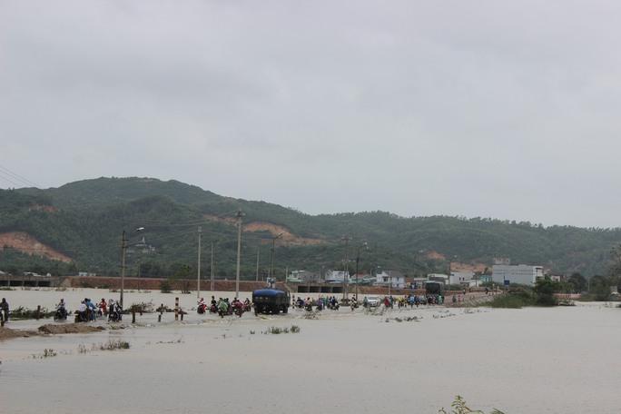 Lũ lụt nhiều nơi bị cô lập
