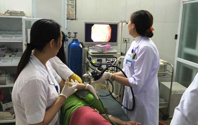 Các bác sĩ tiến hành nội soi cho bệnh nhân Trương Thị Đ.