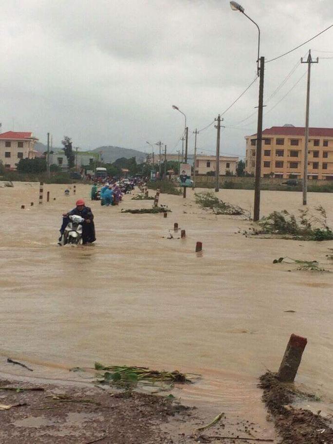 Nước lũ xuống chậm khiến nhiều đoạn giao thông huyện Tuy Phước vẫn tiếp tục ách tắc
