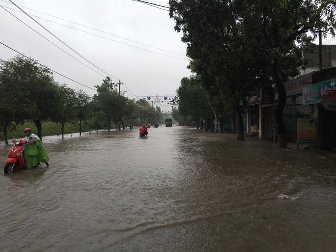 Nhiều tuyến đường trong nội thành Quy Nhơn bị nước dâng cao, người dân không thể đi lại được