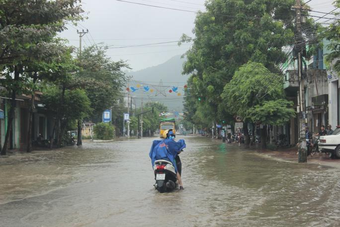 Nhiều tuyến đường trong nội thành Quy Nhơn cũng bị ngập nặng trong đợt mưa lũ này