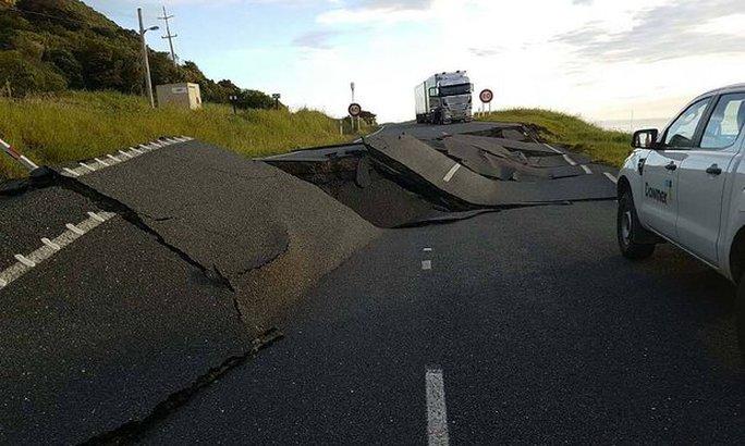 Con đường bị nứt ở New Zealand. Ảnh: NZ Transport Agency