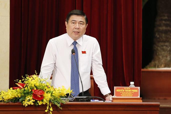 Chủ tịch UBND TP HCM Nguyễn Thành Phong trả lời chất vấn đại biểu HĐNĐ TP. Ảnh: Hoàng Triều