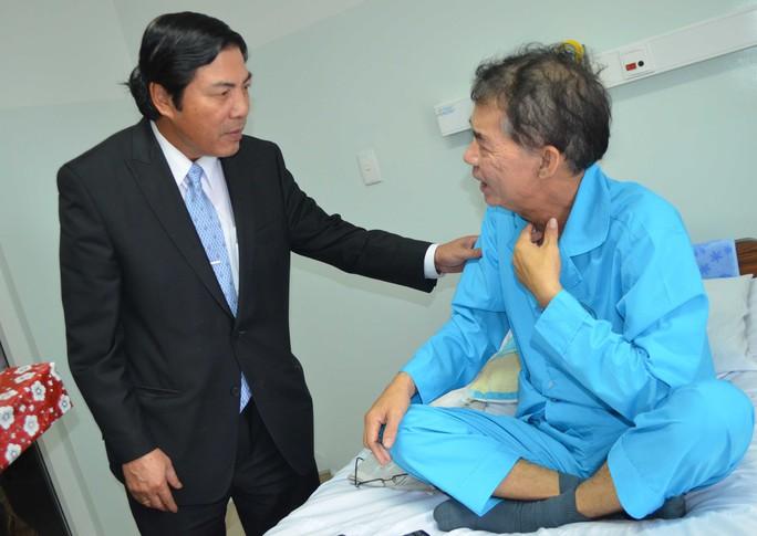 Ông Nguyễn Bá Thanh thăm hỏi bệnh nhân điều trị tại Bệnh viện Ung thư TP Đà Nẵng