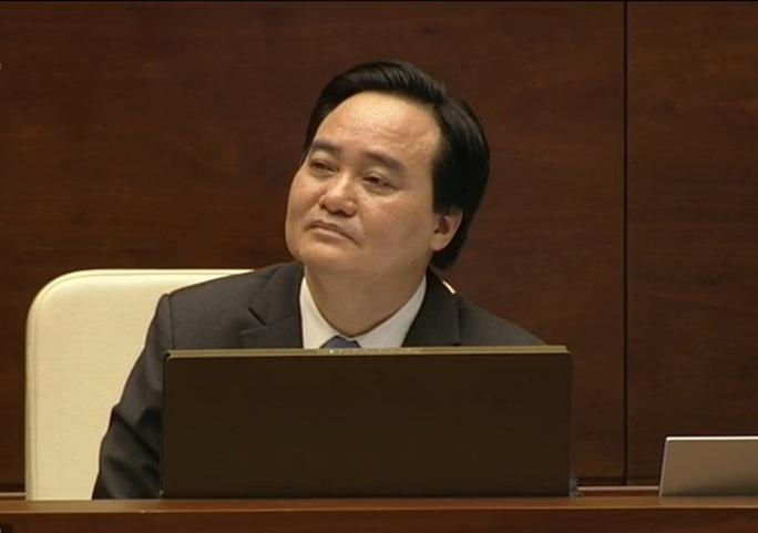 Bộ trưởng Bộ Giáo dục và Đào tạo Phùng Xuân Nhạ lắng nghe các đại biểu phản biện ngày 16-11