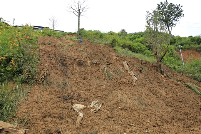 Mưa lớn nhiều ngày nên một số điểm đồi dốc rất dễ bị sạt lở, nguy hiểm.