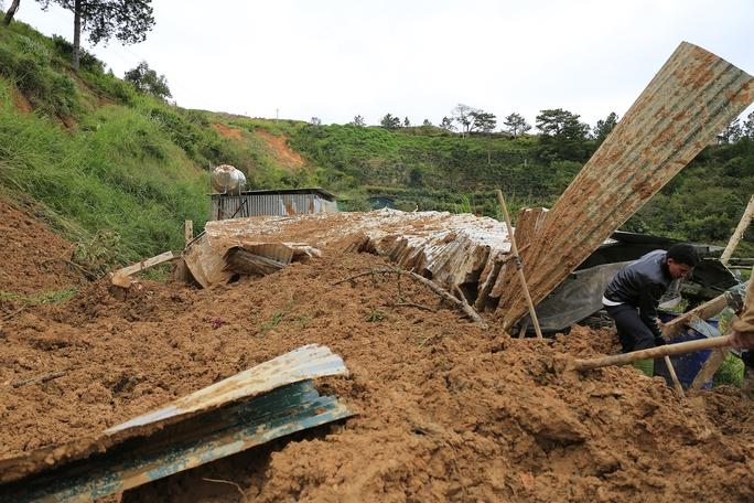 Khối đất đá lớn sạt lở đã vùi lấp con đường dân sinh khiến người dân tổ 19, phường 4, TP Đà Lạt bị cô lập.