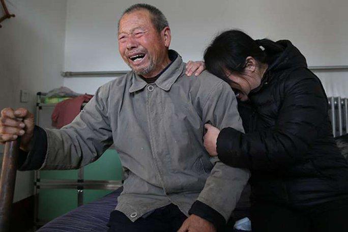 Cha và chị gái của tử tù Nie Shubin bật khóc khi biết tin anh Nie được minh oan. Ảnh: CHINA DAILY