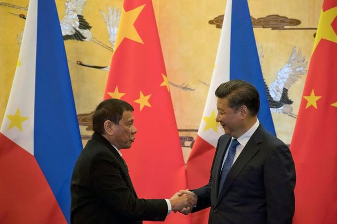 Chủ tịch Trung Quốc Tập Cận Bình (phải) và Tổng thống Philippines Rodrigo Duterte gặp nhau ở Bắc Kinh ngày 20-10 Ảnh: REUTERS