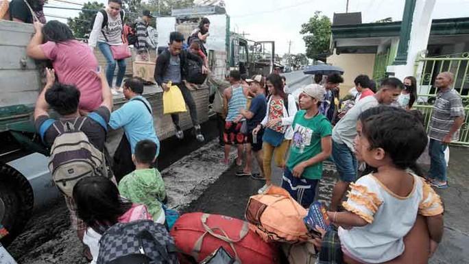 Nhiều người dân tại vùng Bicol đi sơ tán để tránh siêu bão Nock-ten Ảnh: EPA
