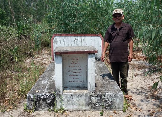 Cụ Thiển bên mộ thứ phi vua Quang Trung.