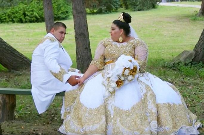 Chiếc váy cưới khủng trang trí đầy vàng trị giá gần 225.000 USD của cô dâu 19 tuổi. Ảnh: Daily Mail
