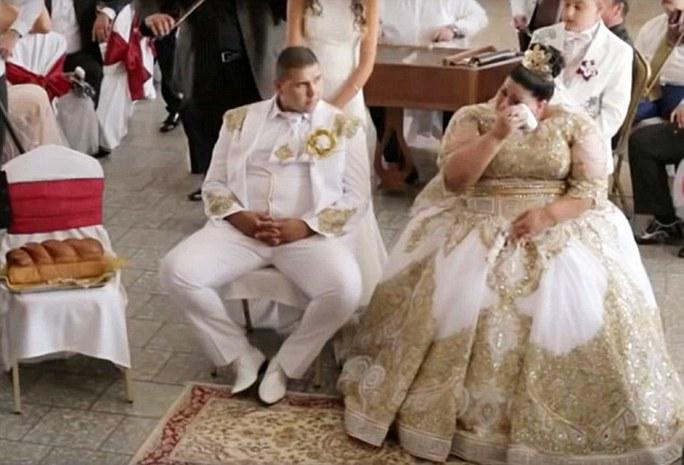 Cô dâu rơi lệ trong đám cưới. Ảnh: Daily Mail