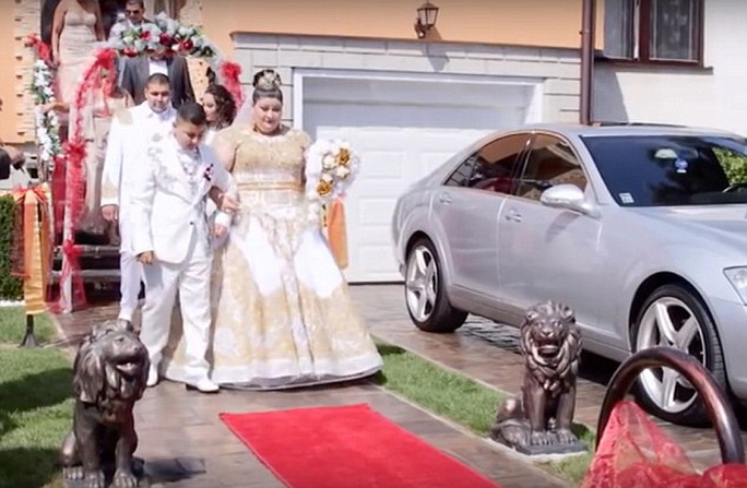 Choáng với đám cưới ngập tiền, vàng của cô dâu tuổi teen