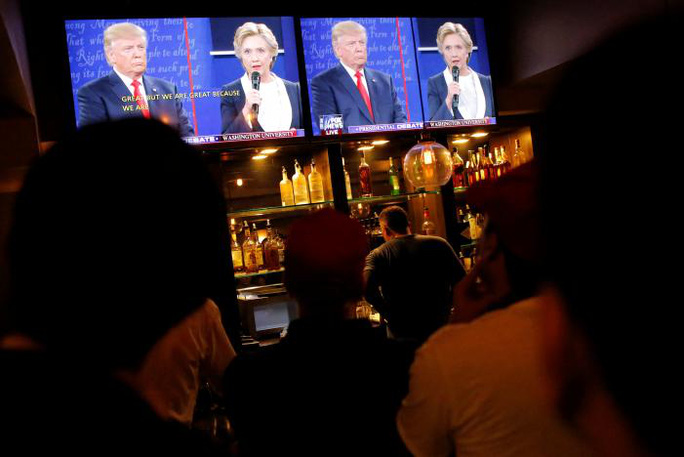 Tập trung theo dõi tranh luận tại một câu lạc bộ ở Manhattan, New York. Ảnh: Reuters