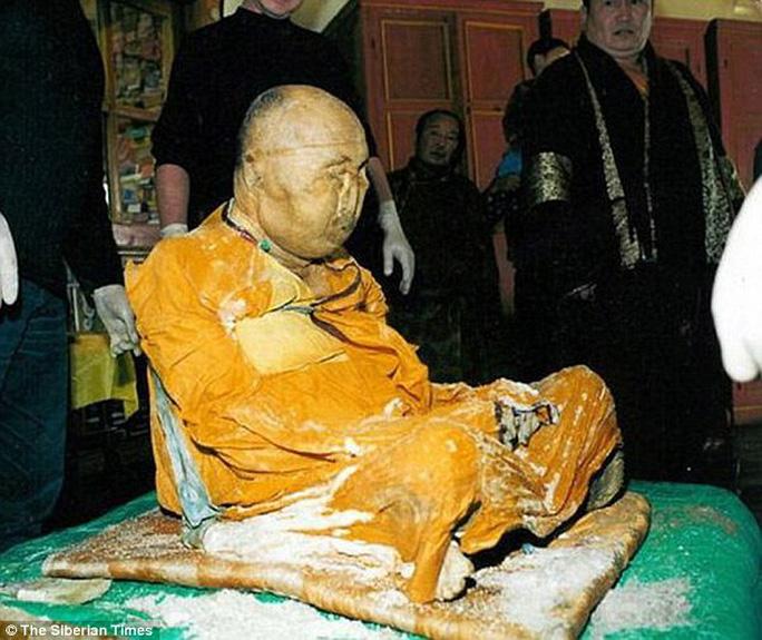 Lạt Ma Dashi-Dorzho Itigilov được chôn cất sau khi qua đời nhưng lại giữ được tình trạng di cốt nguyên vẹn khiến giới khoa học cũng phải sửng sốt. Ảnh: The Siberian Times.