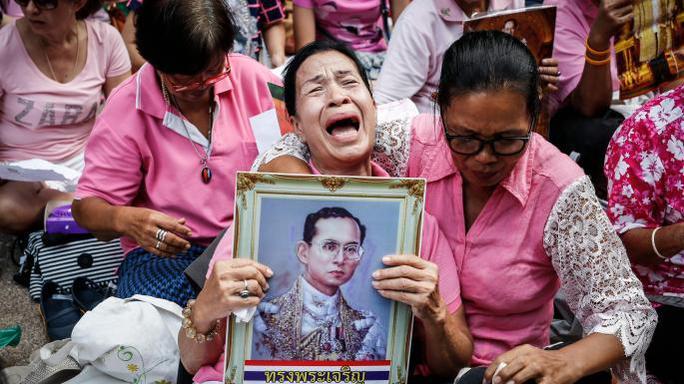 Người dân Thái Lan cầu nguyện cho nhà vua suốt nhiều ngày qua. Ảnh: The Times
