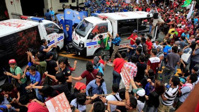 Xô xát giữa cảnh sát và người biểu tình. Ảnh: Reuters