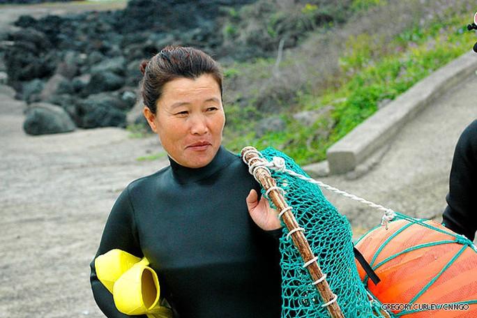 Cô Kang Myeong-sook đã 54 tuổi rồi nhưng vẫn được cho là một Haenyo trẻ tuổi. Ảnh: CNN