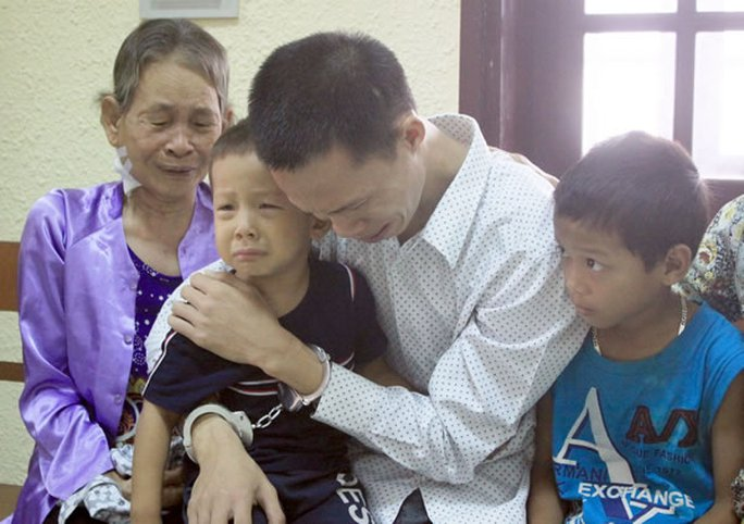 Thịnh khóc nghẹn gặp 2 con nhỏ cùng người mẹ già đang mắc bệnh ung thư.