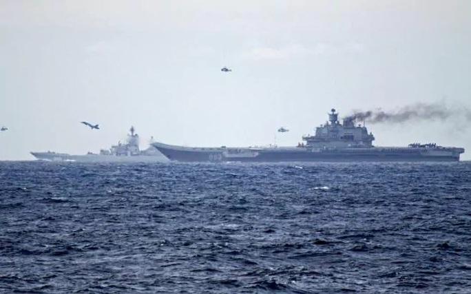 Tàu sân bay Đô đốc Kuznetsov và tàu chiến Peter the Great của Nga hồi tuần trước. Ảnh: NORWEGIAN NAVY