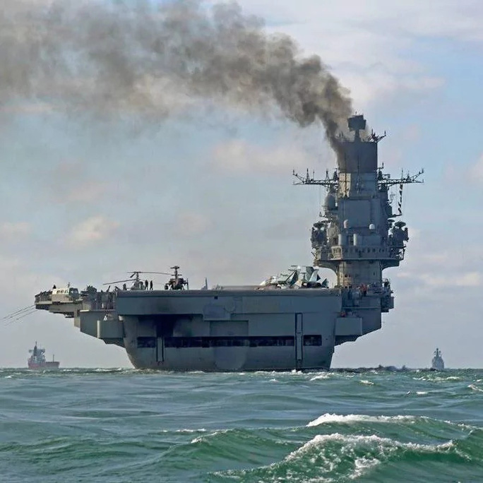 Tàu sân bay Đô đốc Kuznetsov của Nga đi qua Eo biển English. Ảnh: EPA