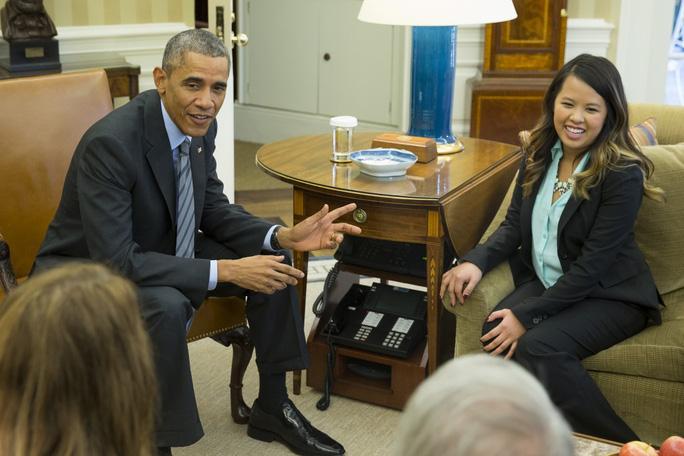 Sau khi khỏi bệnh, Nina Pham đã được mời tới Nhà Trắng và nói chuyện với Tổng thống Obama. Ảnh: AP