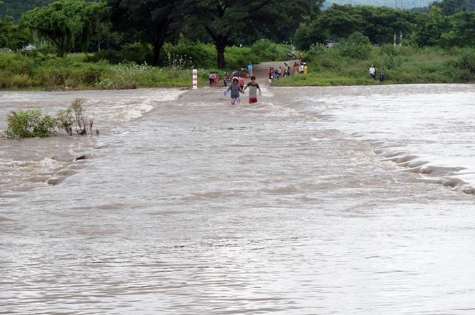 Lũ về tràn qua suối Hà Dài nhưng người dân vẫn liều mạng qua lại khu vực này