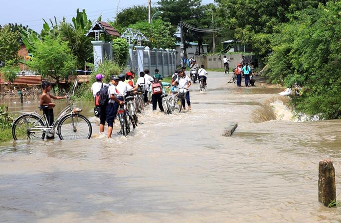 Ở một số vùng nông thôn, lũ đã tràn qua đường, rất nguy hiểm đối với học sinh khi đến trường