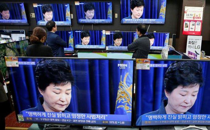 Người dân theo dõi bà Park phát biểu trực tiếp trên truyền hình sáng 4-11. Ảnh: Reuters