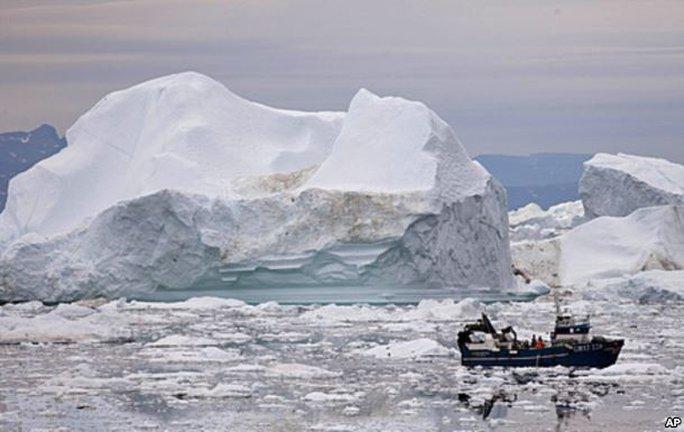 Một tàu cá tại Bắc Cực. Ảnh: Reuters