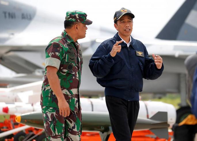 Tổng thống Indonesia Joko Widodo (phải) nói chuyện với Chỉ huy quân đội Gatot Nurmantyo tại cuộc tập trận quân sự ở đảo Natuna hôm 6-10. Ảnh: Reuters