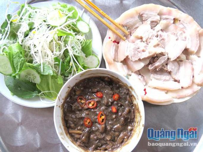 Rau sống chuối chát ăn kèm với thịt heo hiện diện trong bữa cơm của người dân quê.
