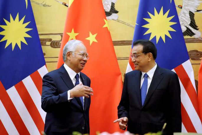 Thủ tướng Malaysia Najib Razak (trái) gặp người đồng cấp Trung Quốc Lý Khắc Cường tại Bắc Kinh hôm 3-11. Ảnh: Reuters