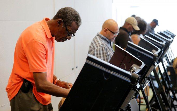 Cử tri bầu cử sớm ở thư viện Beatties Ford ở TP Charlotte, bang Bắc Carolina. Ảnh: Reuters
