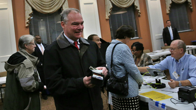 Ứng cử viên phó tổng thống Mỹ của đảng Dân chủ Tim Kaine bỏ phiếu tại bang Virginia. Ảnh: Reuters