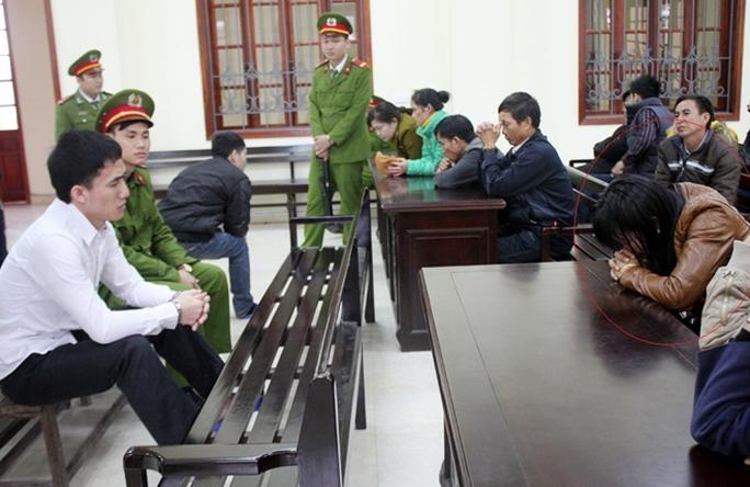 Chị Hờ Y Dềnh, vợ của tử tù Hạ Bá Hùa gục mặt khóc nức nở trong phiên tòa sơ thẩm của chồng (tháng 3-2016).
