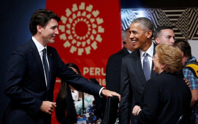 Cuộc nói chuyện giữa ông Obama và Thủ tướng Canada Justin Trudeau có vẻ thoải mái hơn. Ảnh: Reuters