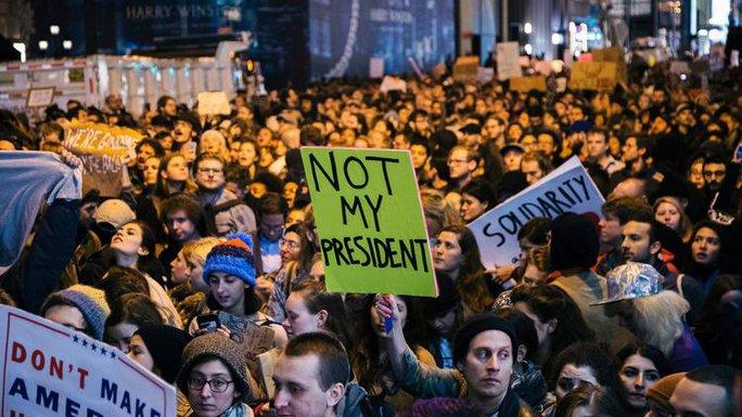 Người biểu tình ở New York phản đối kết quả ông Trump đắc cử tổng thống Mỹ. Ảnh: EPA
