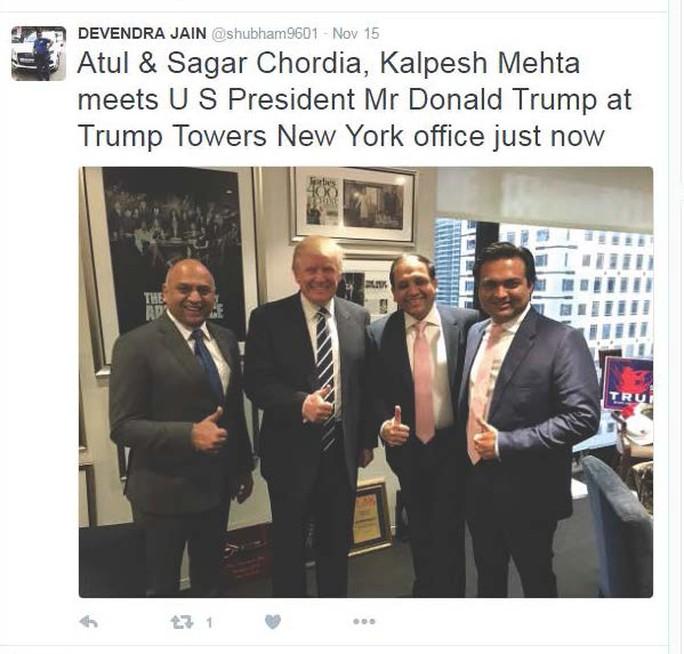 Các doanh nhân Ấn Độ chụp hình với ông Trump tuần trước.... Ảnh: Twitter